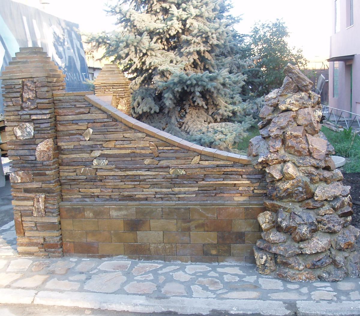 Когда забор облицован камнем, он выглядит намного эффектнее и массивнее, так как материал придает ему дополнительную толщину.